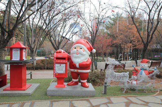 산타가 전해주는 엽서 모형사진