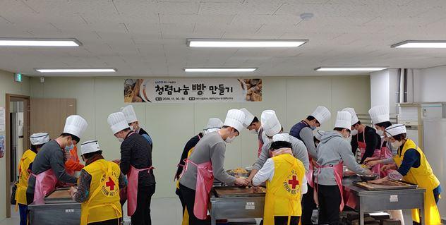 청렴 빵을 만드는 중인 직원들의 모습입니다.